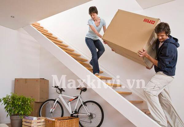 Xe kéo hàng leo cầu thang