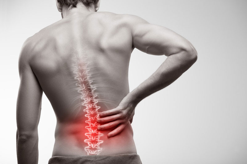 Triệu chứng đau lưng là hậu quả của việc bê hàng hóa nặng thường xuyên