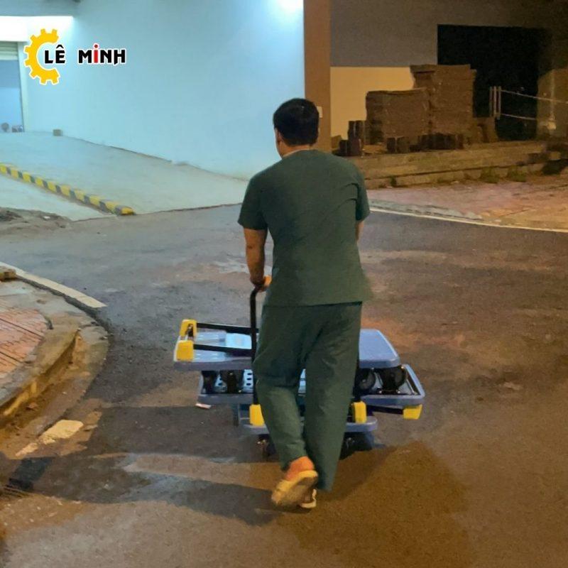 Nhân viên khu vực cách ly sử dụng xe đẩy hàng